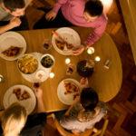 ダイニングテーブルの選び方|快適さにはゆったりサイズがオススメ