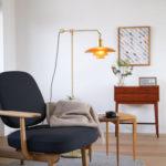 部屋が狭くても、自分の家が好きになる『PH3/2琥珀色ガラスフロアランプ』の魔法